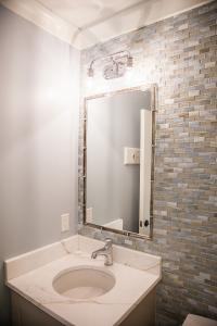 3628 Davis St Top Floor Bath
